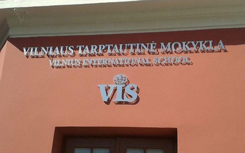 Lauko reklama - lazeriu pjautos tūrinės Vilniaus Tarptautinė Mokykla raidės