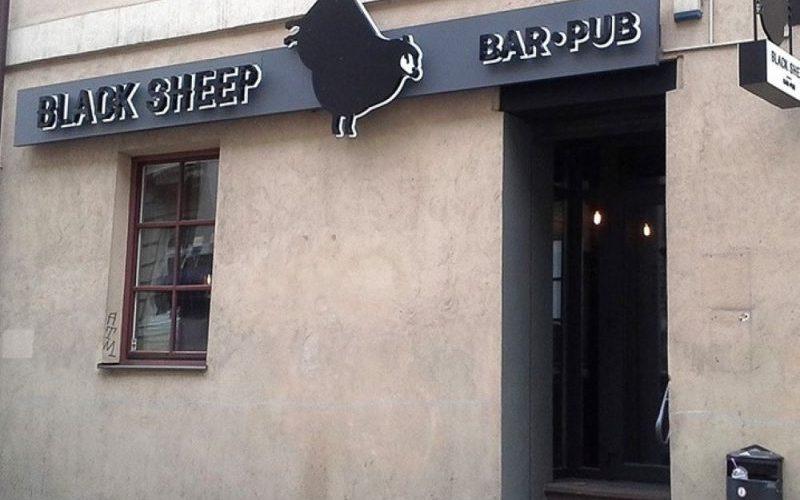 Lauko reklama - tūrinė reklaminė iškaba Black Sheep barui