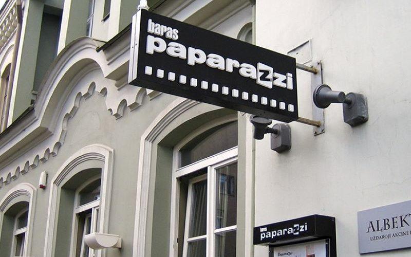 Konsolinė šviečianti reklaminė iškaba su iškiliom raidėm barui Paparazzi