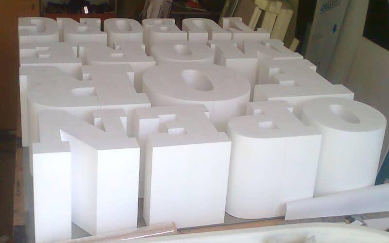 Tūrinės raidės pjaustytos karštu būdu iš putų polistirolo