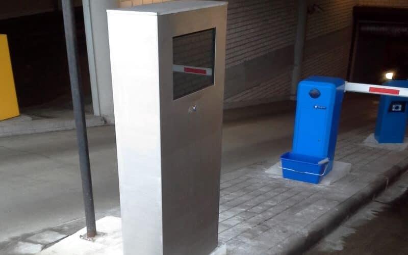 Nerūdijančio plieno stendas ir stovas su touch screen ekranu automobilių aikštelėje