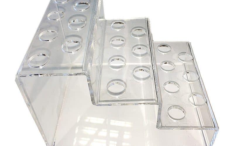 Frezuotas ir iš skaidraus organinio stiklo lankstytas stovelis lūpdažiams