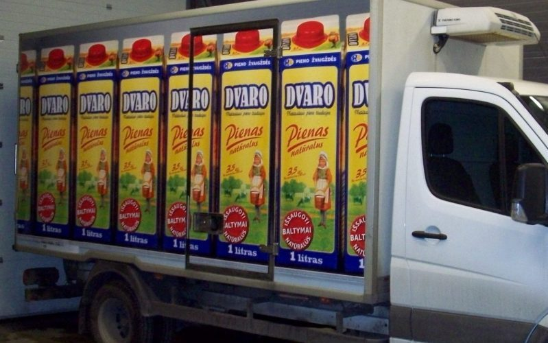 Reklama ant automobilio su Pieno Žvaigždės produktais