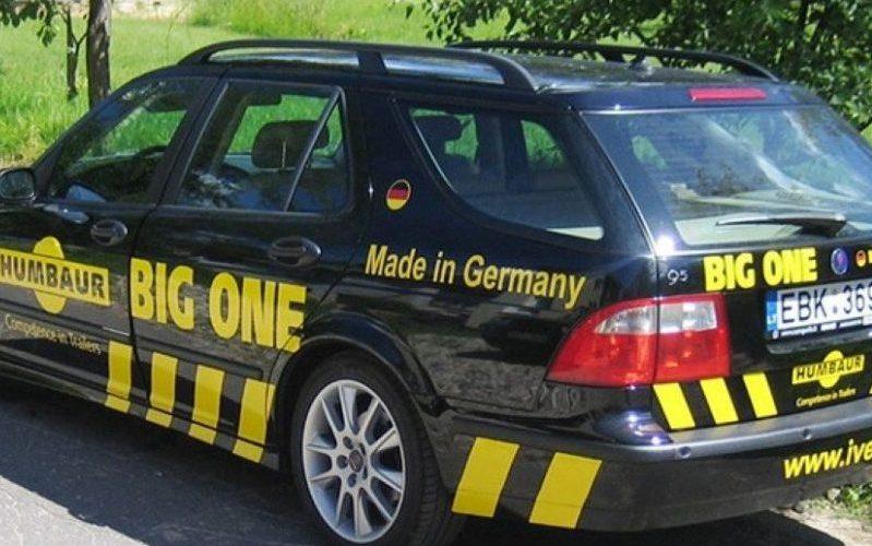 Reklama ant automobilio su Ivetra logotipu