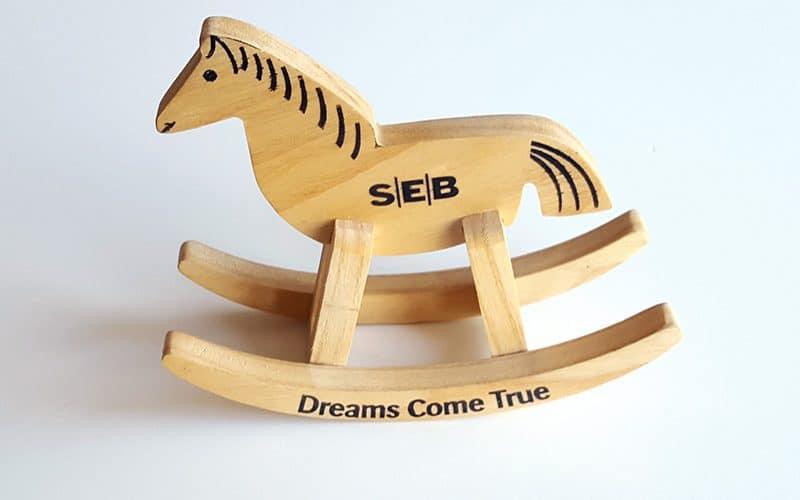 Išskitinės verslo dovanos - frezuotas medinis arkliukas su spauda
