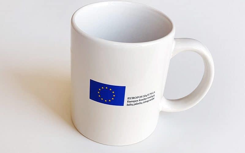 Baltas puodelis su užrašu Europos Sąjunga